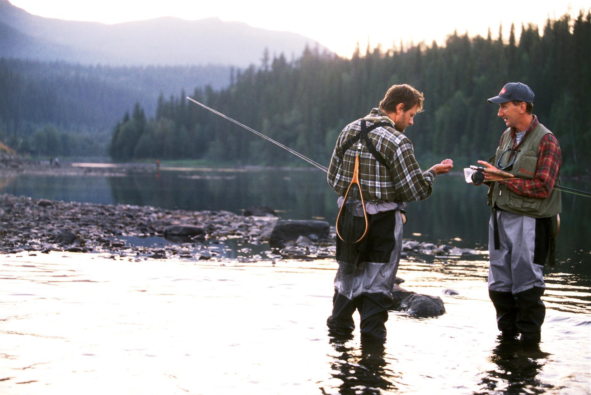 Två män som flugfiskar i Ammarnäs, Västerbotten