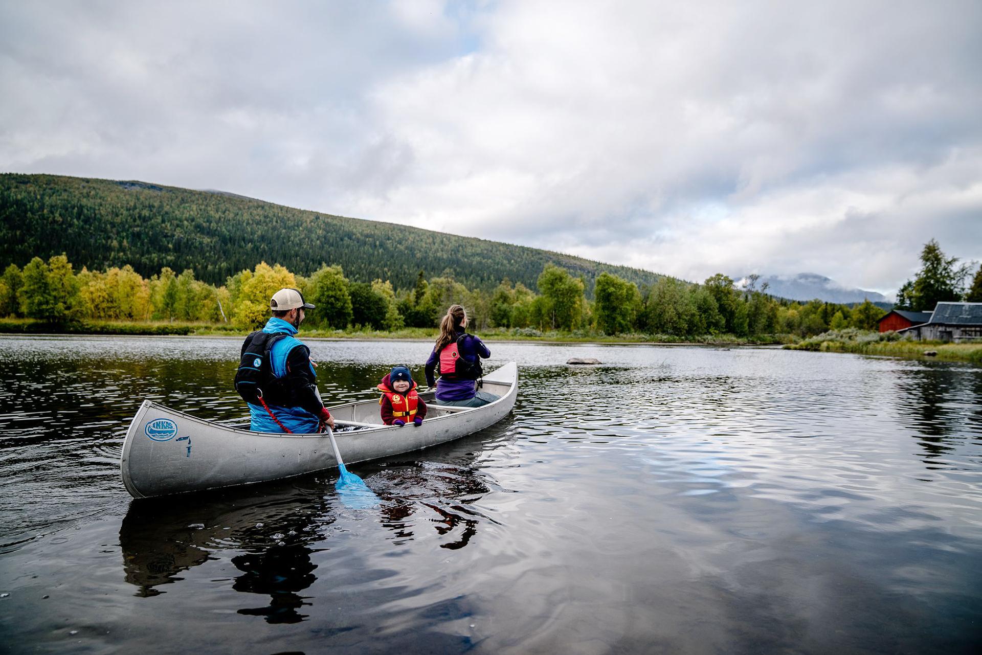 Paddla kanot hos Camp Kittelfjäll
