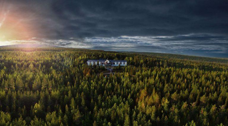 Drönarvy i solnedgång över Källan Hotell Spa & Konferens