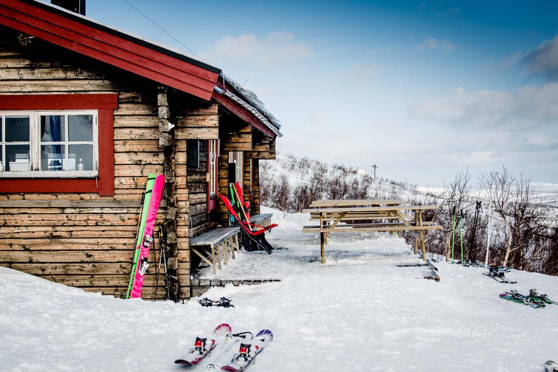 Kittelfjäll Skilodge Stuga med skidor utanför